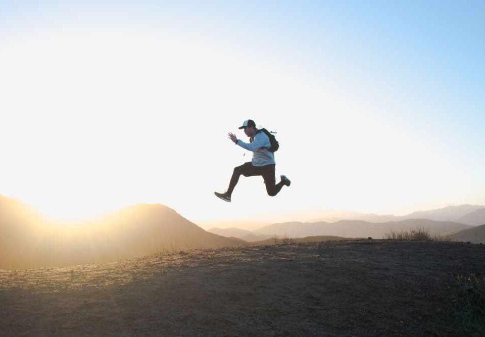 Mann springt im Sonnenuntergang