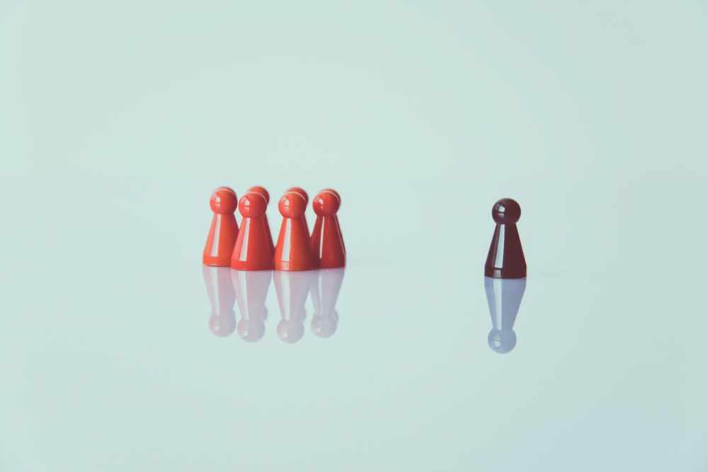 Gruppe steht einzelnem Spielstein gegenüber