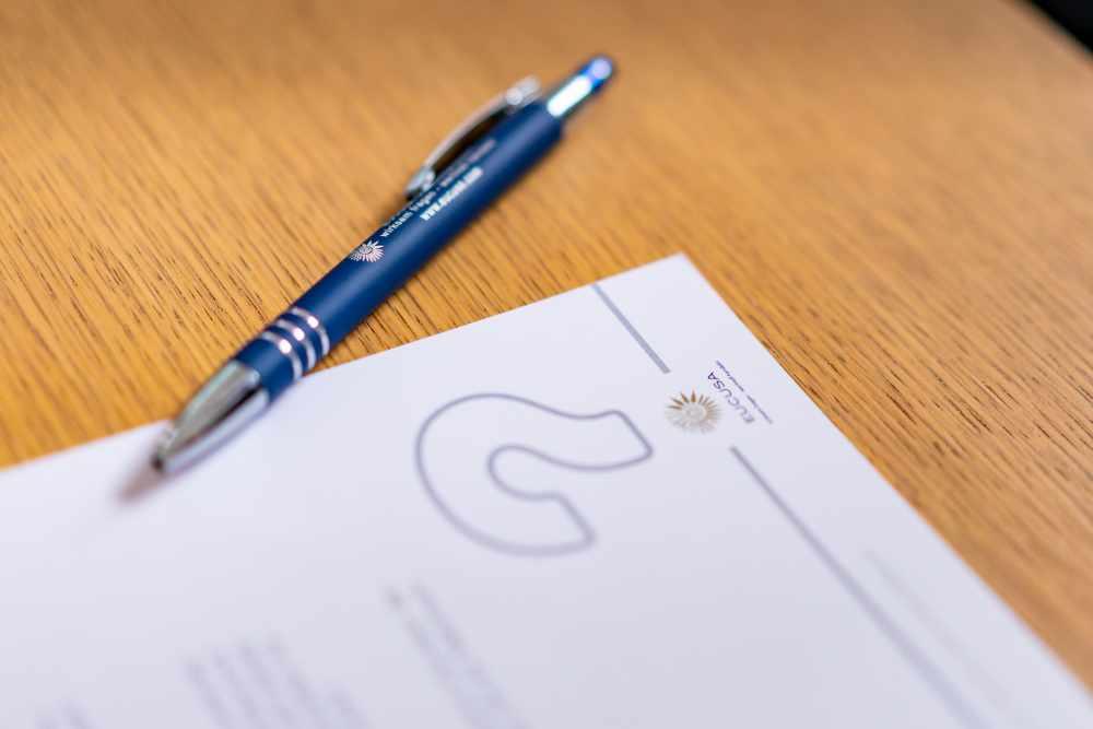 Papier und Kugelschreiber