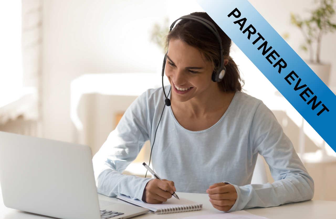 Lachende Frau mit Headset vor Laptop