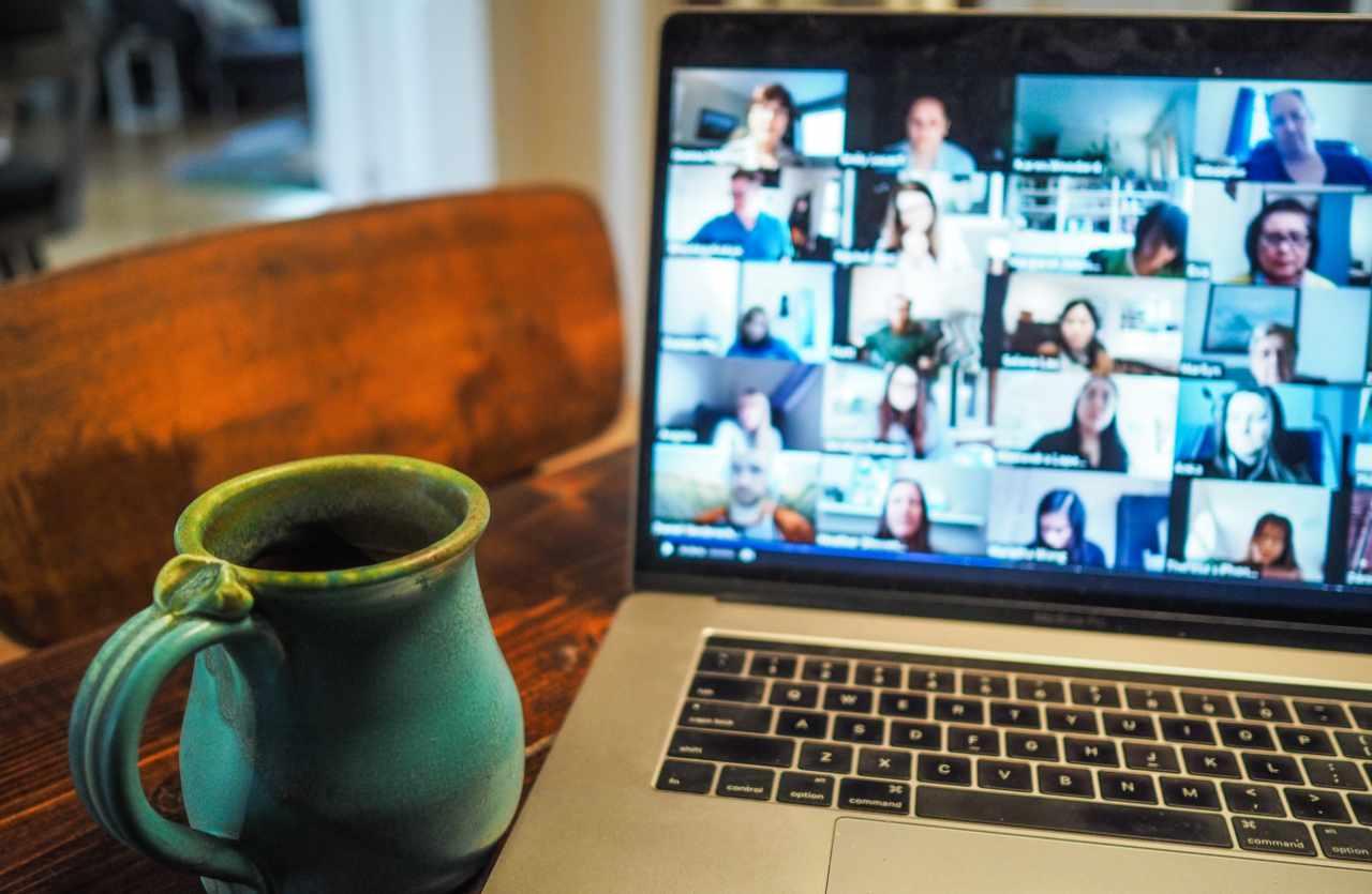 Mac Book und Kaffeetasse