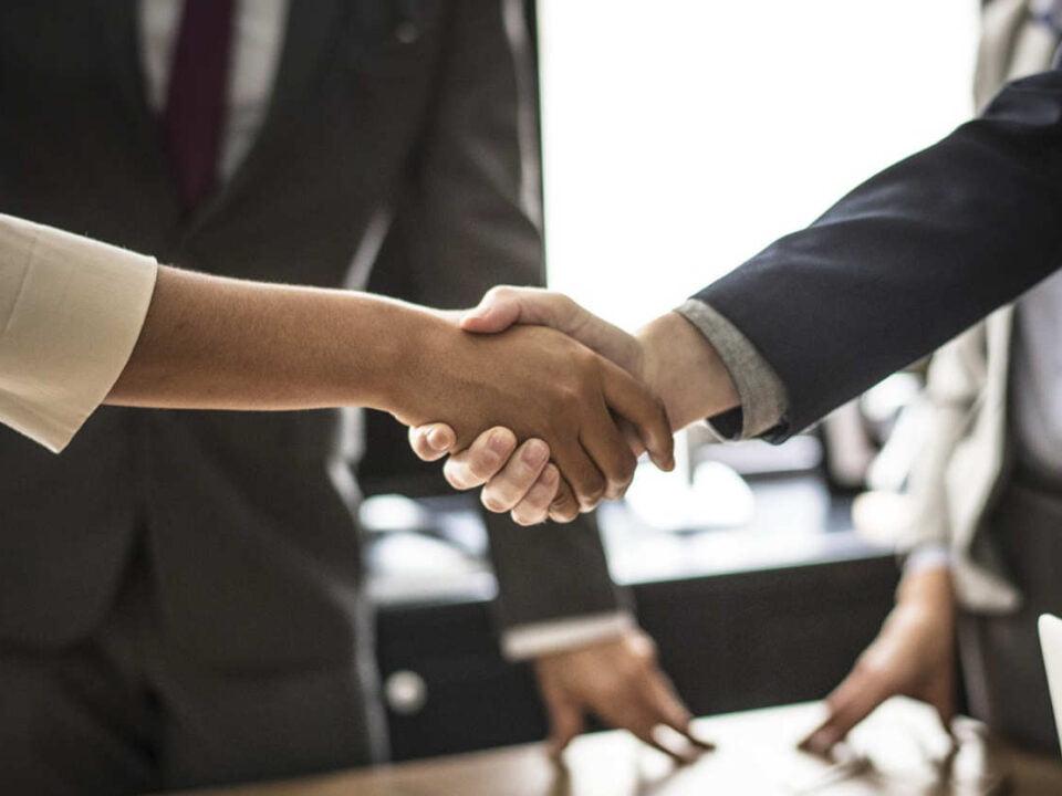 Business Frau und Mann schütteln sich die Hände