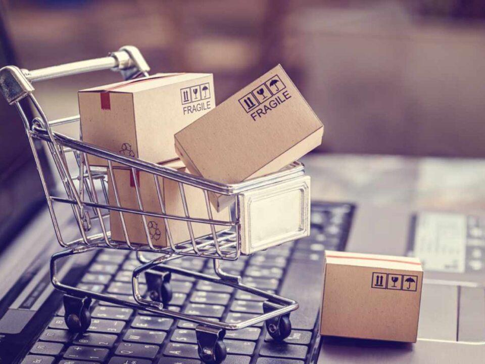 Einkaufswagen auf Tastatur