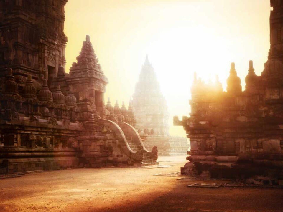 Sonnenaufgang zwischen Tempel